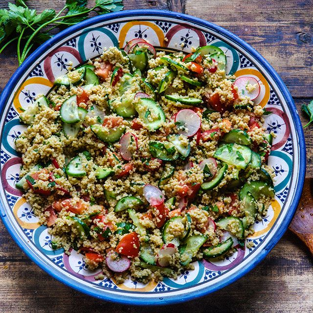 Dette er en deilig saftig couscous -salat full av smak fra friske urter, hvitløk og cayenne. Du kan nyte den som den er, eller servere den som tilbehør til kylling, fisk eller kjøttretter