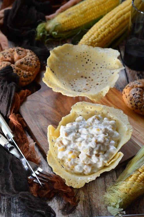 Sajttányérban tálalt kukoricás sajtsaláta