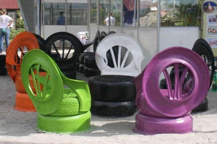 Idee fai da te per arredare il giardino con oggetti riciclati - Sedie colorate
