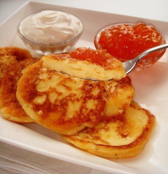 """Сырники """"Минутка""""  Ингредиенты:  творог - 200 г яйца куриные - 1 шт. сахар - 2 ст.л. ванильный сахар - 1 ч.л. кукурузный крахмал - 1,5 ст.л. масло сливочное (для жарки) - 2 ст.л. масло подсолнечное (для жарки) - 2 ст.л.  Приготовление:  Совершенно удивительные сырнички, воздушные и нежные, без муки (что важно для тех, кто сидит на диете). По вкусу очень похожи на воздушные оладьи.  Кукурузный крахмал можно заменить на муку или картофельный крахмал.  Для приготовления взбить яйцо с творогом и…"""