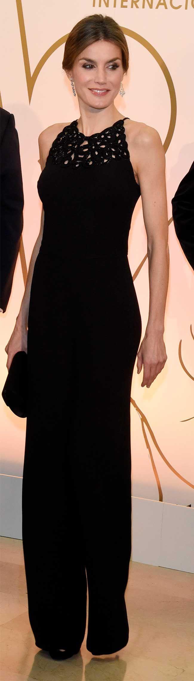 Queen Letizia - Night style - La Reina Letizia ha entregado junto al Rey los premios periodísticos de ABC en el marco de una distendida cena.