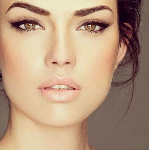 Beautiful make up look, glossy lips, neutral tones, everyday make up look