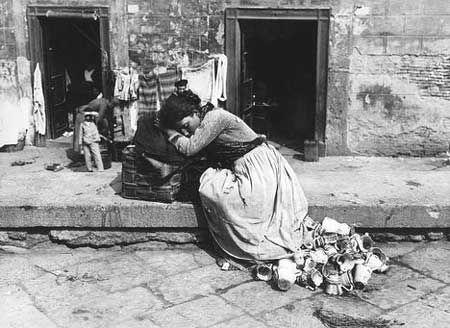 Napoli. Venditrice di Terraglie, 1895 ca. Archivi Alinari, Fratelli Alinari Firenze
