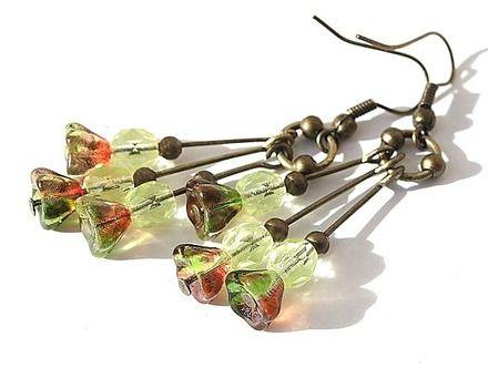 Boucles d'oreilles en bronze et petite grappe de délicates fleurettes et perles en verre aux couleurs de l'automne