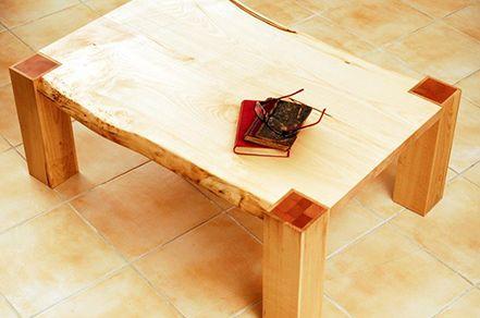 Juhar dohányzóasztal, álgesztes juharfából, juharral burkolt, tömbösített bükkfa lábbal