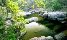 Rio Sapo  El río Sapo es uno de los ríos más conocidos de El Salvador debido al color verde de sus aguas. Este río se encuentra ubicado entre los municipios de Perquín y Arambala, en el departamento de Morazán y está considerado como uno de los pocos recursos hídricos del país.