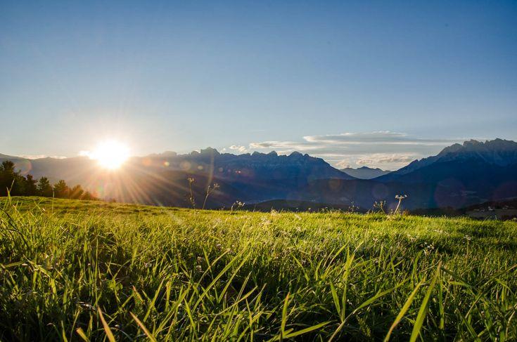 In Deutschnofen ist man dem Himmel ein klein wenig näher. Das ist besonders nachts ziemlich reizvoll. Die Milchstraße am Sternenhimmel, die im Sonnenuntergang und Sonnenaufgang schimmernden Dolomiten Gipfel der Rosengartengruppe, des Latemar und des Weißhorns bis hinüber zu den Brenta Dolomiten und der Ortlergruppe; von Deutschnofen aus kann man dies alles nicht nur schnöde sehen, … Wanderurlaub in Deutschnofen – Sonnenuntergang, Nacht, Sonnenaufgang über den Dolomiten weiterlesen →