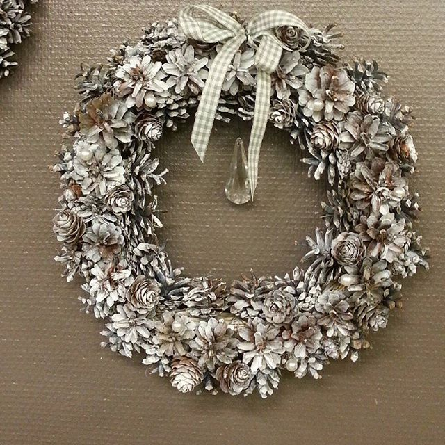 Jouluinen kranssi männynkävyistä ★ Chrismas #wreath is made of #pinecones ★  #kranssi #joulukranssi #joulukoriste #käsintehty #handmade #käpy  #chrismasdecoration #chrismaswreath #kukkakauppa #flowershop #kotka #finland