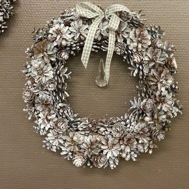 Jouluinen kranssi männynkävyistä ★ Chrismas #wreath is made of #pinecones ★  #kranssi #joulukranssi #joulukoriste #käsintehty #handmade #käpy  #chrismasdecoration #chrismaswreath #kukkakauppa #flowershop #kotka #finland
