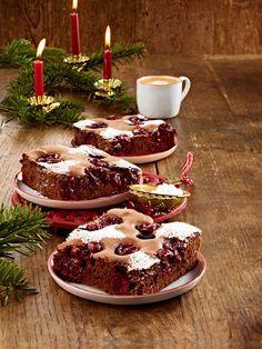 Schoko-Glühweinschnitten mit Kirschen Die Weihnachtsbäckerei hat Ihre Pforten geöffnet und wir versüßen uns das Warten auf Weihnachten mit diesen Weihnachtskuchen. 24 Rezepte für den Adventskaffee.
