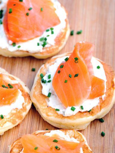 Les 25 meilleures id es de la cat gorie blinis saumon sur pinterest blinis saumon fum blinis for Canape aperitif marmiton