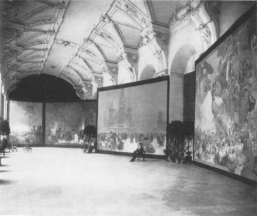 Альфонс Муха на выставке полотен из цикла «Славянский эпос». Фотография 1919 г.