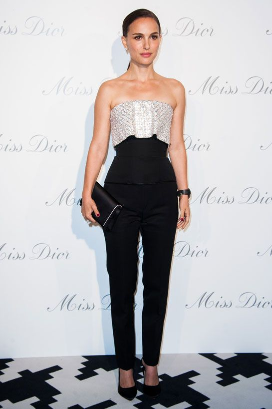 Natalie Portman en Christian Dior http://www.vogue.fr/mode/inspirations/diaporama/les-looks-du-mois-de-novembre-des-podiums-a-la-realite-1/16464/image/884676#natalie-portman-en-christian-dior