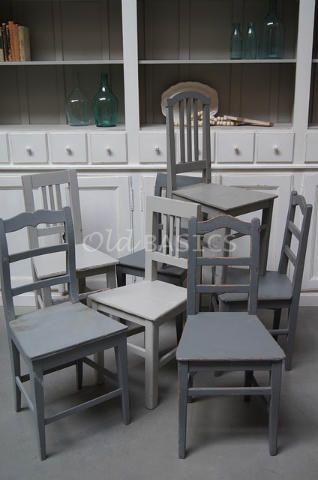 Oude houten stoel in verschillende tinten grijs. Elke stoel is uniek ...