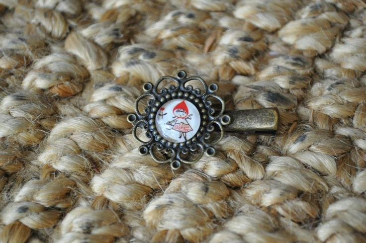 All kinds of cute!!!  12mm glass cabochon on a bronze 'Vintage' Filigree Alligator Clip