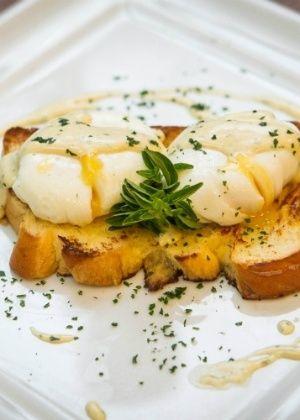 Ovos Benedict - Molho Holandês + Torradas de Brioche + Ovos Pochê
