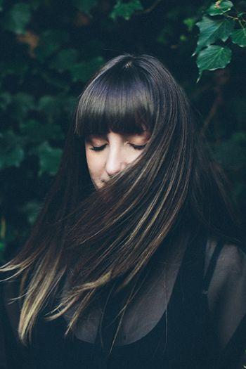 ダークトーンにハイライトを効かせたスタイル。 風が吹いた時、髪をかき上げた時に見えるハイライトが美しい。