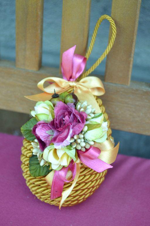 UOVO DI PRIMAVERA MEDIO - Oro / Magenta - PatriziaB.com  Uovo interamente rivestito con cordoncino in seta e arricchito da una fine decorazione di fiorellini di stoffa e nastri di raso