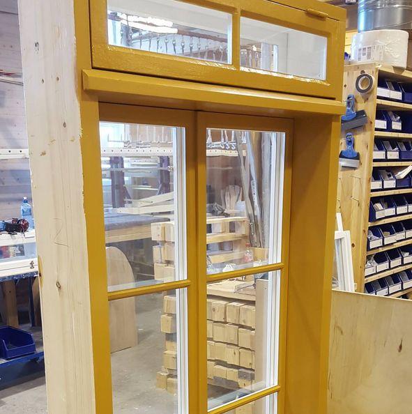Her er en kombinasjon av koblede innadslående vindusdører som er nylaget, litt som franske dører. Overlys er restaurert med vareramme og god tetthet. Legg merke til de smekre dimensjonene og nydelige proporsjoner. Glasset er kittet med ekte linoljekitt og penselmalt med linoljemaling. Det er nesten vondt å gi det fra seg igjen :) #restaurering #rekonstruksjon #vindusdører #franskedører #kjerneved #gamletrehus #architecture #bygningsvern #fortidsminneforeningen #byggogbevar
