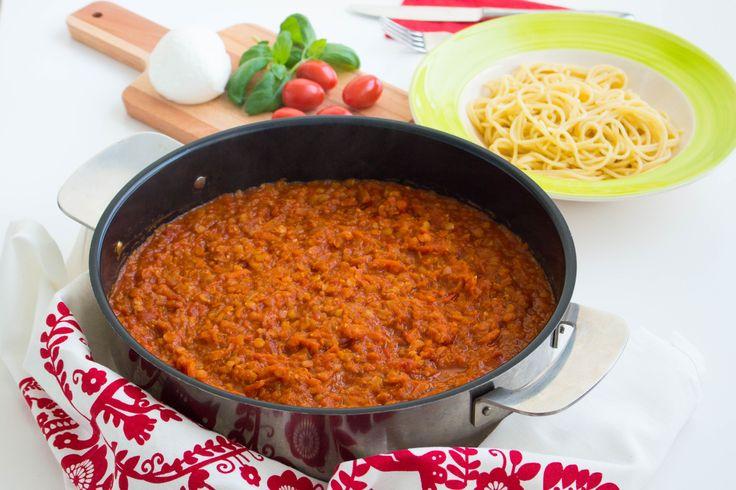 En vegetariskt bolognese där jag ersatt köttet med röda linser. Hur gott som helst! Denna rätt kommer defenetivt att lagas fler gånger här hemma. Lättlagad, mustig och god sås. 4 portioner vegetarisk bolognese med linser 3 dl röda linser 1 gul lök 2 morötter 2 selleristjälkar 3 st vitlöksklyftor 1 burk krossad tomat (400 g) 3-4 msk tomatpuré 1 msk torkad oregano 1 msk torkad basilika 1-2 tsk dijonsenap (kan uteslutas) 1 msk balsamvinäger Salt & peppar Ca 5 dl vatten Servering: Förslag på ...