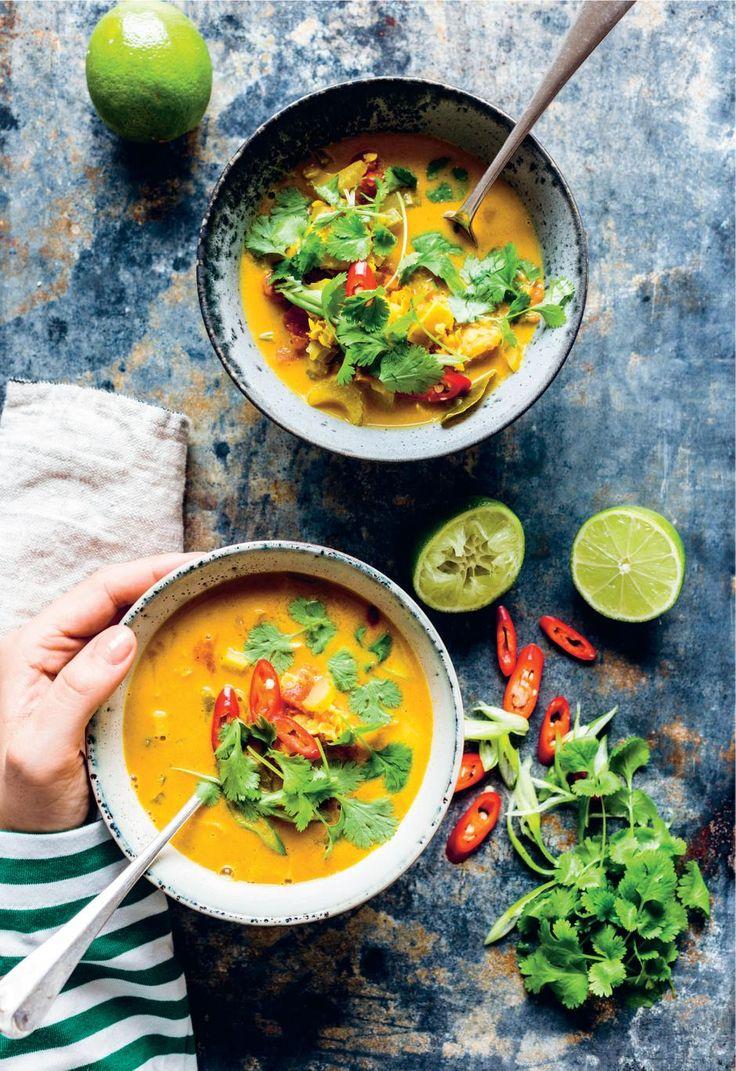 Til en efterårsdag. Den indiske suppe er spicy med masser af smag. Bliv ikke skræmt af den lange ingrediensliste. Lav gerne en stor portion, suppen smager næsten endnu bedre dagen efter, når den har trukket endnu mere smag. - Foto: Ditte Ingemann
