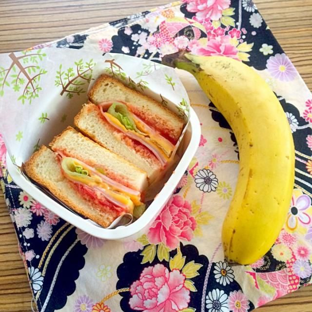 今日は私だけお弁当(^^) - 11件のもぐもぐ - *お弁当* ハム トマト チーズ レタスのサンドイッチとバナナ by corocoropockle