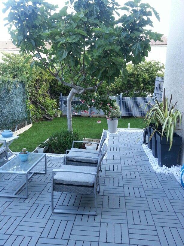 new garden: runnen d Ikea, galets marbre blanc, pots toscane d Eda, gazon synthétique