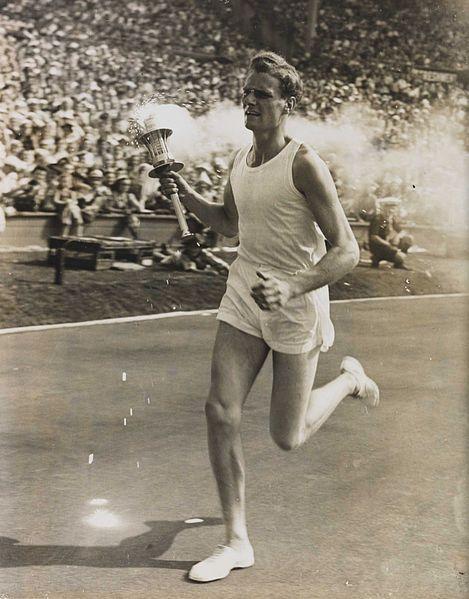 Yleisurheilija John Mark juoksee olympiatuli kädessään soihtuviestissä vuonna 1948 Lontoon Olympialaisissa.
