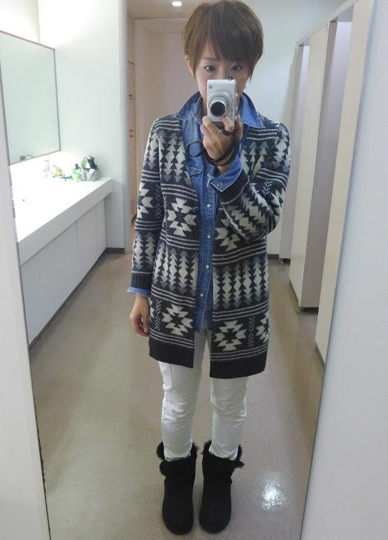 NOMBRE IMPAIRノンブル アンペールのカーディガン。秋にはアウターとして着れるくらい温かいんです。  パンツはユニクロ、シャツはGAP.このデニムシャツ、日割り計算したら相当お安いことになるくらい着ています。