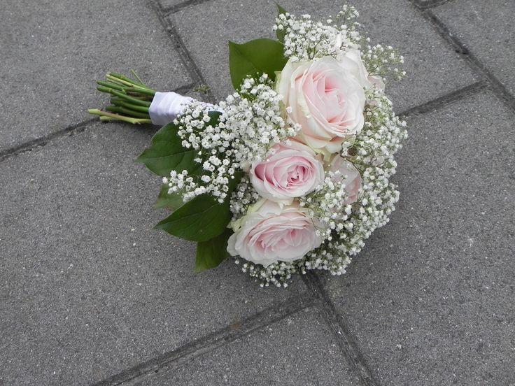 Bruidsboeket 3  Handgebonden boeket met licht roze Avalanche rozen en Gips