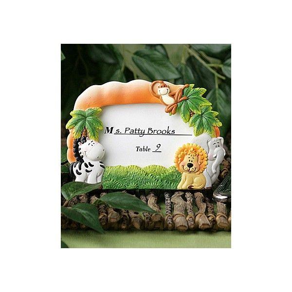 Questi simpatici animali della Giungla sono i soggetti perfetti per festeggiare la nascita, il battesimo o il compleanno del vostro bambino: questa cornice realizzata interamente in resina poliestere ha come protagonisti un leone, un elefante una zebra e una piccola scimmia disposti su di un prato ricco di verdi palme.