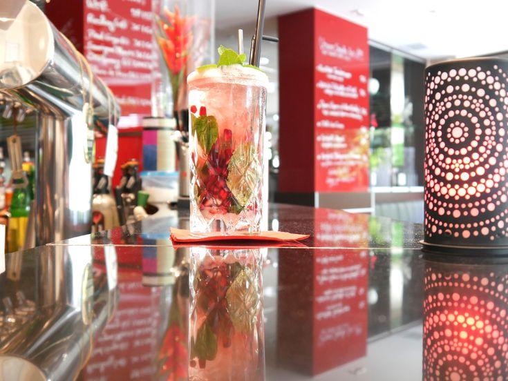 Moderne La Roja! Bar im PhiLeRo Hotel Köln im Kölner Osten. Frische Cocktails und freine Snacks sowie reichhaltiges Getränkeangebot vorhanden