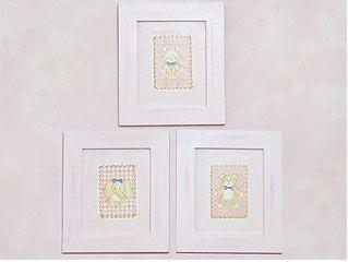 Quadrinhos são uma ótima opção para compor a decoração do quarto do bebê, ainda mais quando usado com um papel de parede com efeito manchado e em cores leves.