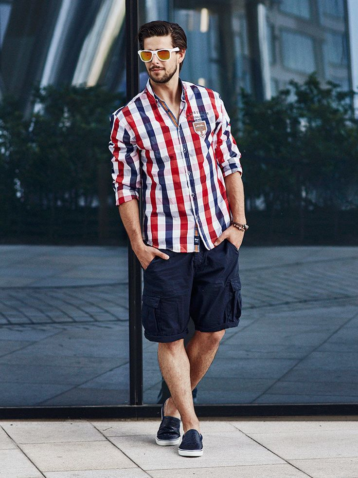 Great summer styling from Bolf in sailor style. The short cargo trousers are matched with an expressive checked flannel slim fit shirt. To make the outfit even better, add stylish slip-ons and summer accessories: a leather bracelet and sunglasses with angular frames and mirroring lenses.