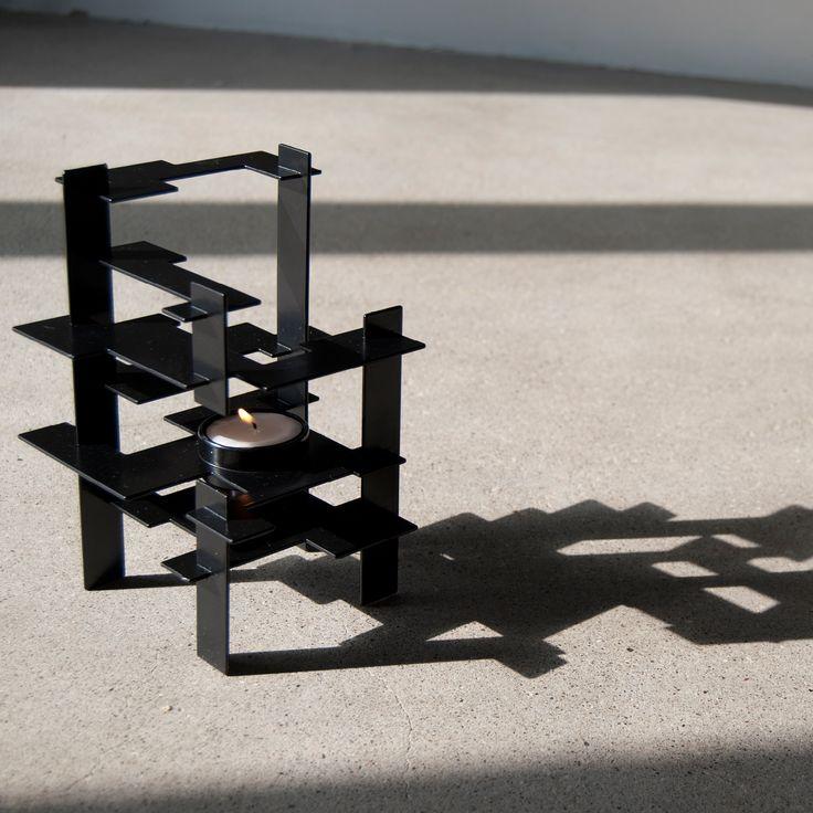 Constrution fra Gejst er mere end blot en lysestage, den er en skulptur i sig selv. Construction fås I sort og hvid og passer til både kronelys og fyrfadslys.