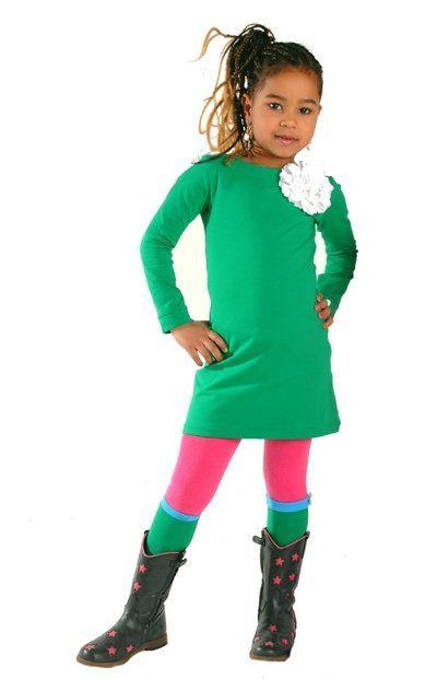 Hippe groene kinderjurk met lange mouwen. Voorzien van twee drukkertjes bij de hals, zodat je de jurk zelf kan personaliseren en past bij elke gelegenheid. Elke keer weer opnieuw!