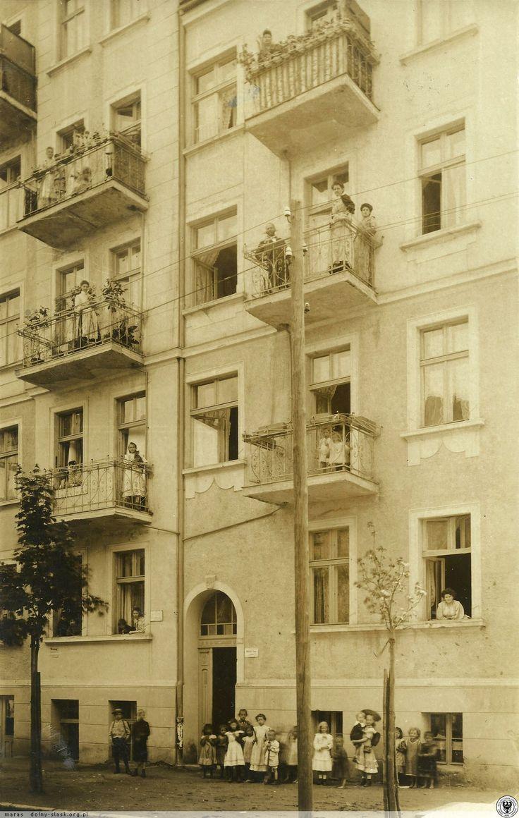 Kolejna zagadka związana z Wrocławiem... Nieznana kamienica w Breslau, po lewej czteropiętrowa z balkonami, po prawej trzypiętrowa, na tabliczce przy bramie widoczna cyfra 16, 16a lub 162Piękne, ale klimat !... Dziewczynka tuląca kotka na lewym balkonie , 1 p., a na prawym śliczne dzieciaczki w bieliźnie . W grupie dzieci stojących na chodniku wyróżnia się panienka w kapeluszu z tornistrem trzymająca na rękach zapewne młodszego brata... Część dzieci bez butów...