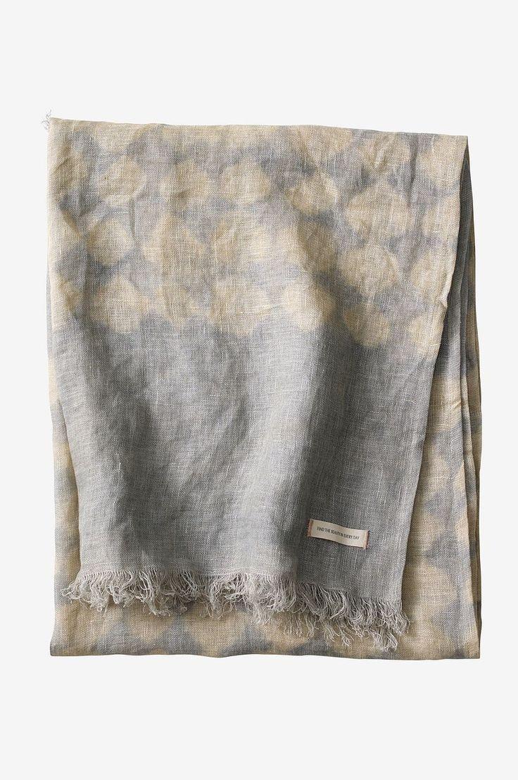 Pledd i lin med harlekinmønster. Plantefarget iht tradisjonelle metoder med tie dye-effekt, noe som gjør at hvert pledd får et unikt utseende. Str 130x150 cm + 3 cm frynser.
