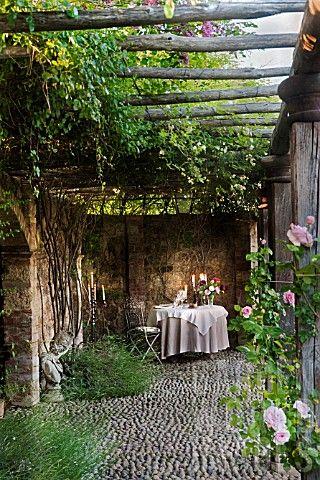Sous une pergola, avec quelques chandelles et un bon repas, faites votre demande en mariage ou passer un petit moment en amoureux.