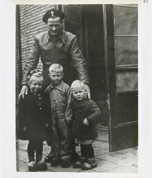 A Polish soldier of the Polish Armored Division with Dutch children, 1945 - Pin by scann R