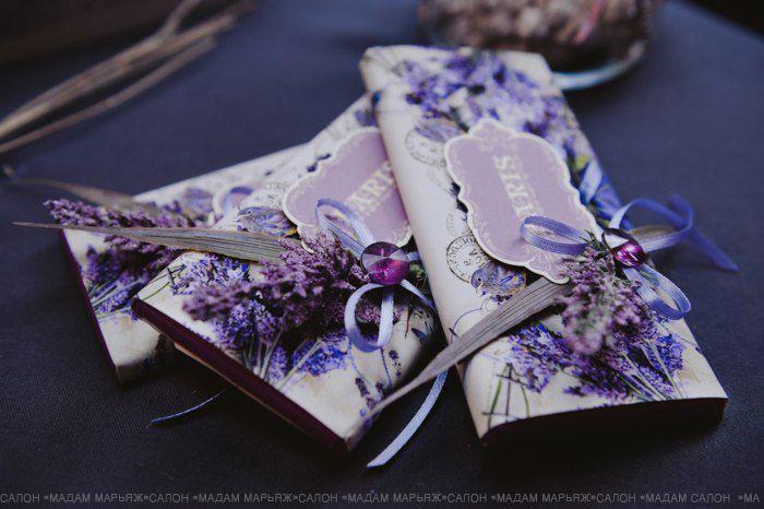 Французский декупаж, веточки лаванды и лиловые оттенки. Прекрасное украшение для скромного подарка гостям.