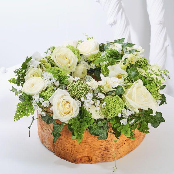 Krans hoog Stijl. Rouwstukken, rouwboeketten en troostboeketten worden over het algemeen gestuurd door mensen, die niet tot de directe familie behoren. Door bloemen te sturen betuigt u op een gepaste manier uw medeleven aan de overledene of directe familie. Gemaakt door Afscheid met Bloemen.