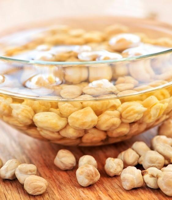 Cómo hacer potaje de garbanzos. Los platos de cuchara son ideales para las épocas de frío, además de mantenernos en calor, aportan muchos nutrientes a nuestro organismo. Los garbanzos son ricos en aceites grasos esenciales y proteín...