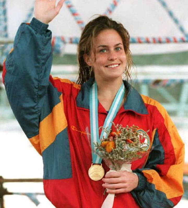 Annie Pelletier waves after receiving her gold medal and flowers for winning the women's 3-meter diving competition 13 March at the Pan American Games in Mar del Plata, Argentina. She won the bronze medal in the women's 3 metres springboard event at the 1996 Summer Olympics in Atlanta.