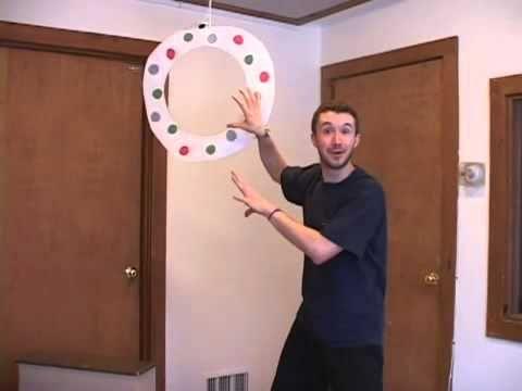 Jogos para brincar utilizando um aro de tecto no quarto de brincar.