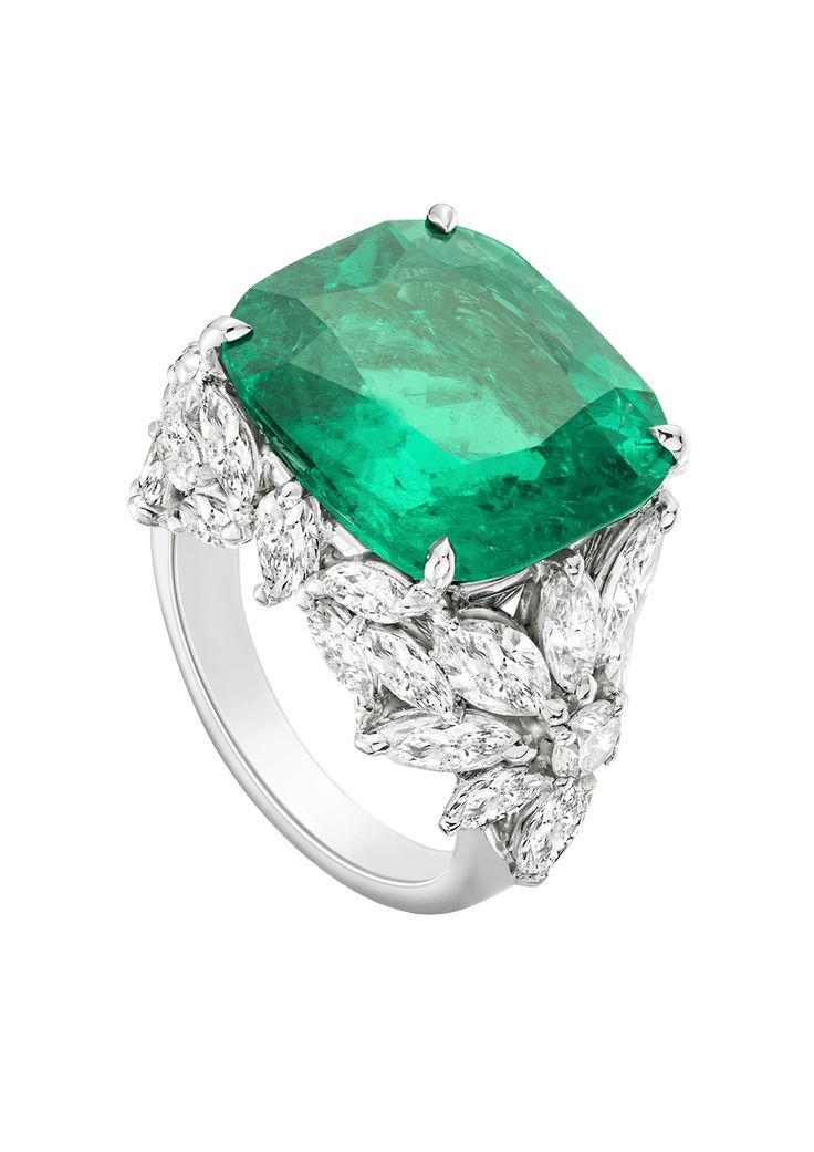 Bague platine, émeraude taille coussin 11,5 cts et diamants taille marquise et taille brillant - Extremely Piaget