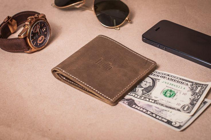 Světle hnědá pánská peněženka z pravé kůže. Ručně vyrobená kožená peněženka s použitím strojního šití o rozměru 10x9 cm. Možnost vlastního loga či nápisu.