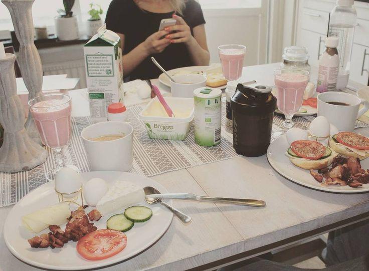 Dukade upp till storfrukost  Så trevligt att bara sitta i lugn och ro och äta och njuta av morgonen i trevligt sällskap. Bärsmoothie kokoskaffe bacon ägg ost och grönsaker  #lchf #lowcarbhighfat #lchffrukost #lchfbruch #lchfbreakfast #paleo #paleodiet #paleofrukost #paleobreakfast #lavkarbo #morgenmad #lavkarboliv #lowcarb #lågkolhydratkost #lågkolhydratskost #keto #ketos #ketogenic #lchfkost #lchfviktnedgång #liberallchf #lavkarbomat #sockerfritt #glutenfritt #bramat #lchfinspo by…