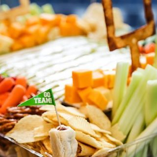 Who's eating football snacks today?  Oh I mean, watching the games?  ________ If you didn't catch it, visit the blog to see a SIMPLE snack stadium idea + enter to win $250 bucks for all the game day snacks you can imagine! Happy Sunday friends! Link in bio!
