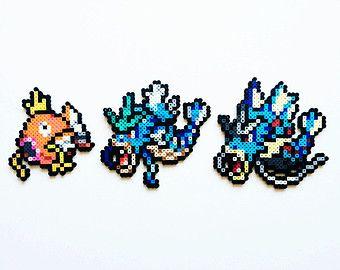 IMPORTANTE: Si eliges un conjunto y el acabado como collar... cada personaje será en su propio collar separado no uno grande collar!!  Este conjunto de sprites de Pokemon perler es hecho a mano por encargo. Puedo hacer collares o agregar imanes gratis.  Usted puede conseguir un conjunto completo o puede elegir uno de los siguientes:: -Xerneas (5 1/2 pulg. x 5 3/4 en.) -Yveltal (5 1/2 pulg. x 5.) -Zygarde (5 1/2 pulg. x 5 1/2 en.)  Por favor revise mi tienda en Etsy pa...